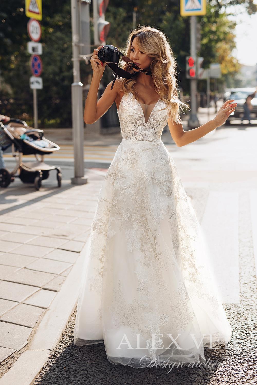 Brudekjole, rimelig brudekjole, flowerwall, blomstervegg til bryllup, alexveilbridal, kjøp brudekjole på nett