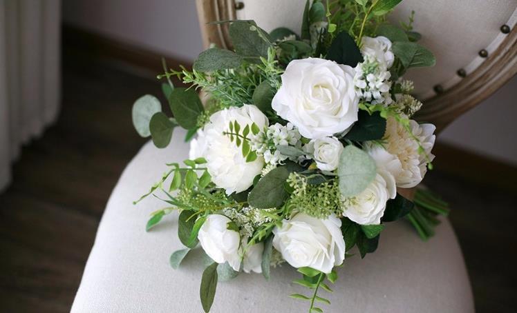 Brudebukett hvite roser og grønn foliage
