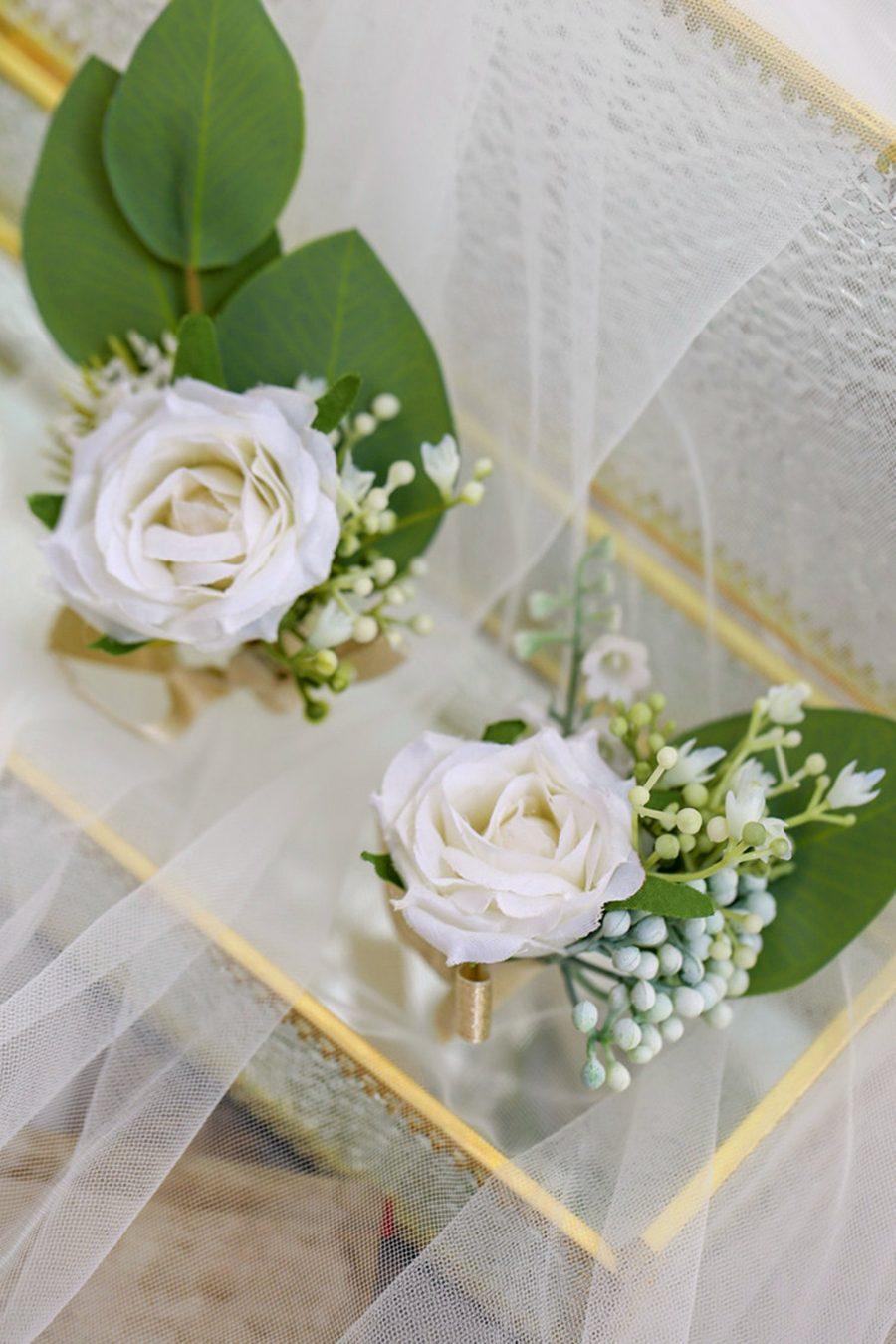 brudebukett hvite roser, klassisk brudebukett, blomstervegg
