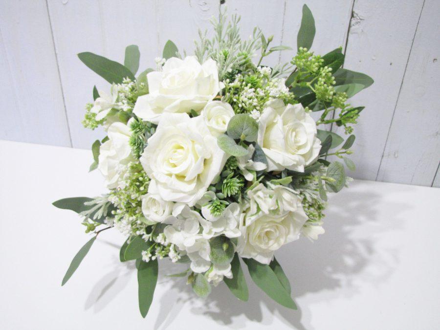 brudebukett hvite roser og eukalyptus, blomstervegg flower wall bryllup